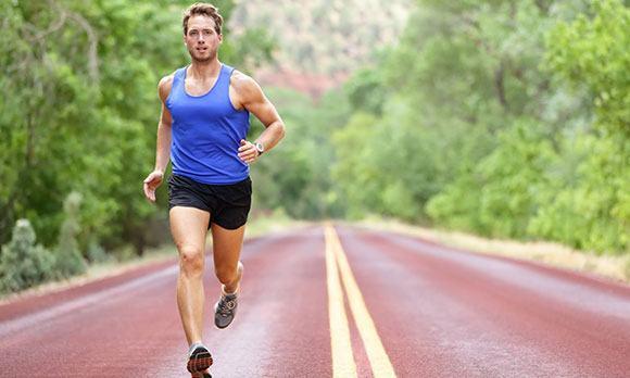 Мужчина бегает
