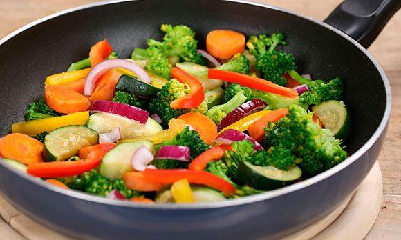 Овощное блюдо на сковороде