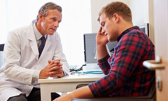Мужчина на консультации врача