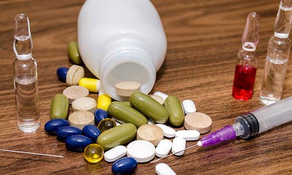 Лекарства в таблетках и ампулах
