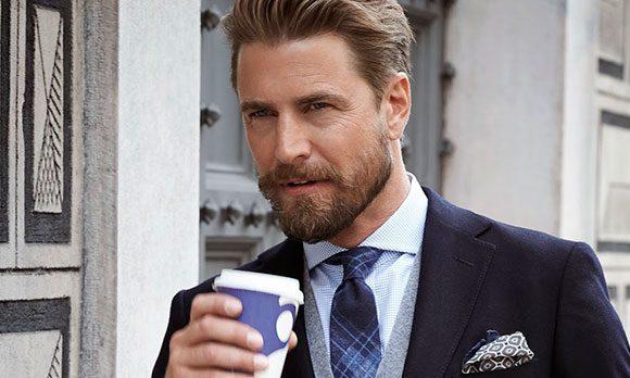 Мужчина со стаканом кофе