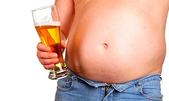 Мужчина с пивом в руке